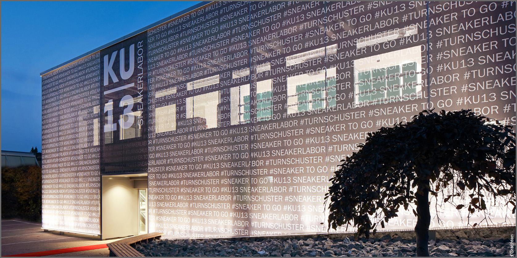 facciata di un edificio in tessuto con delle scritte in evidenza