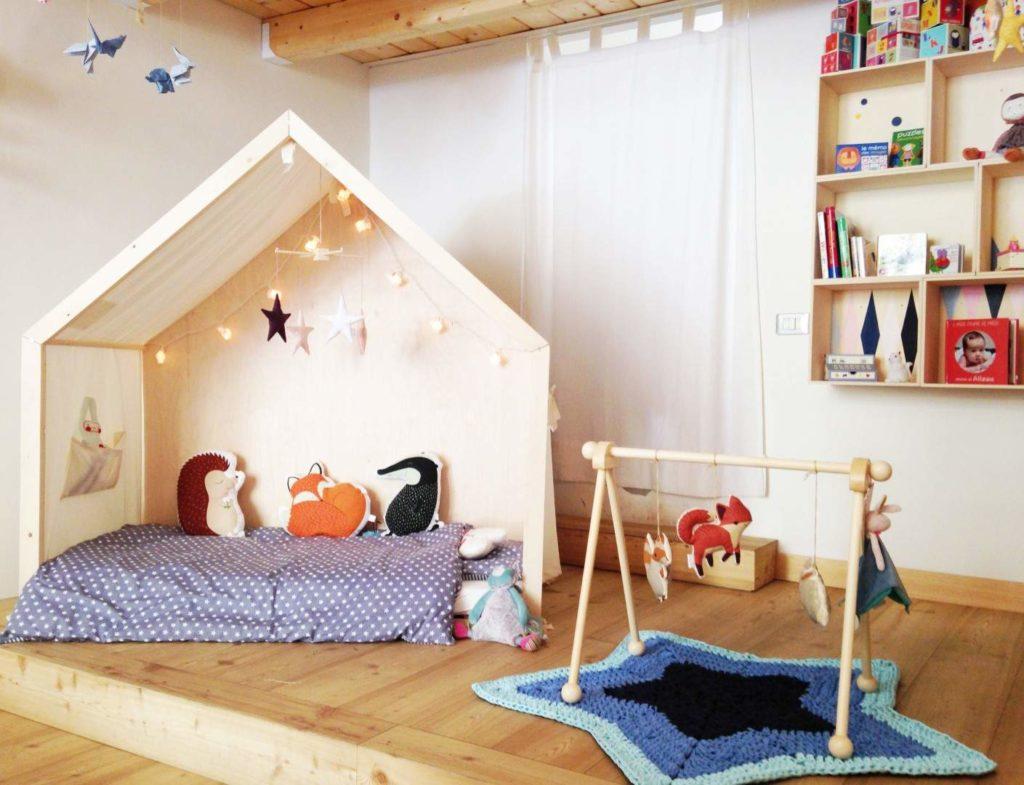 tenda da interno  con decorazioni e una libreria per bambini