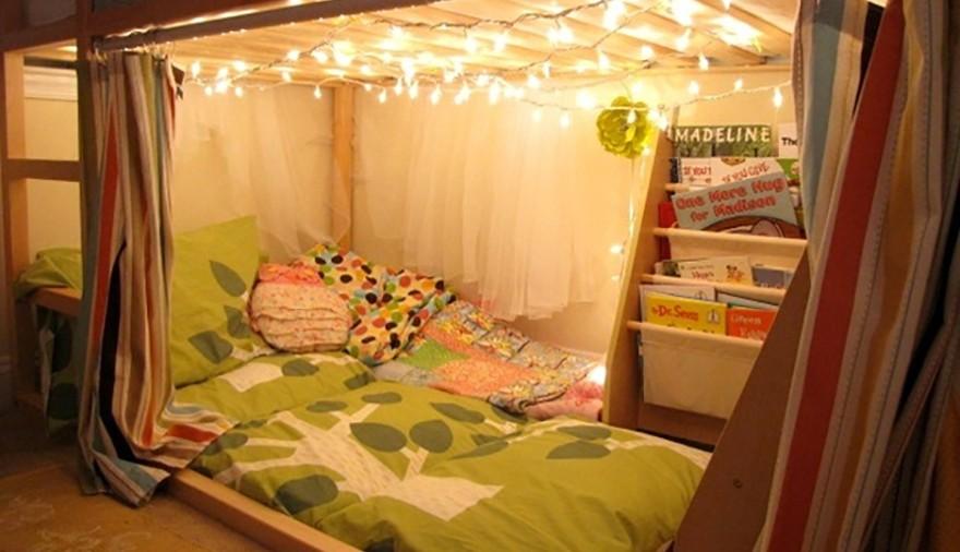 angolo lettura sotto un letto rialzato