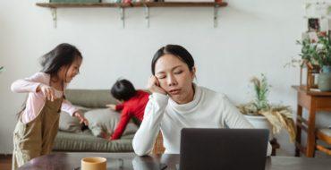 bambini che giocano mentre la mamma lavora da casa