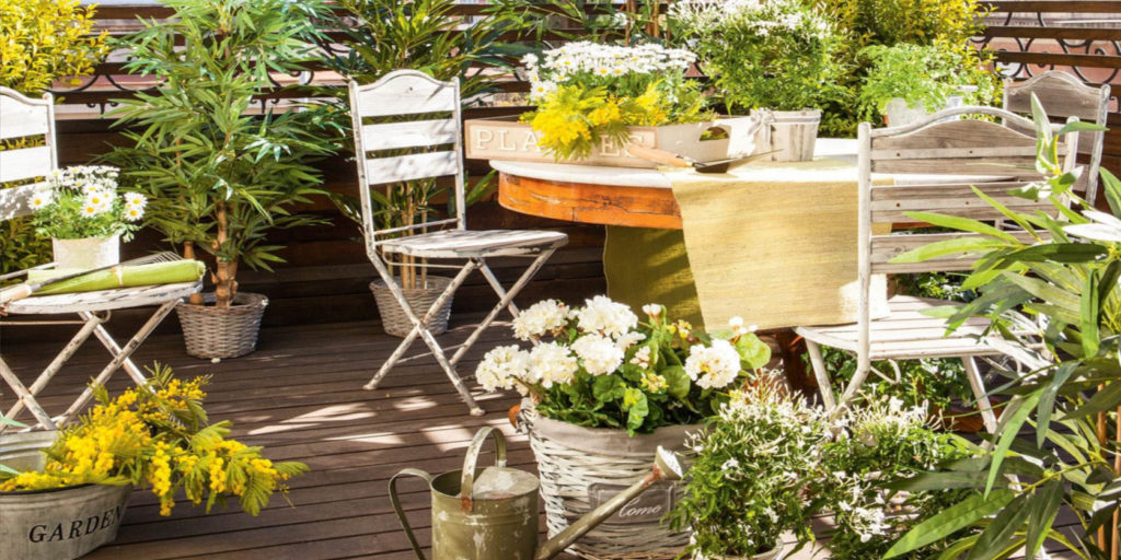 un giardino  arredato in una terrazza